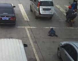 Thót tim cảnh em bé suýt bị cán chết khi rơi ra khỏi ô tô giữa đường