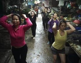 Vừa bán rau, bán thịt vừa nhảy Aerobic trong chợ ở Hà Nội