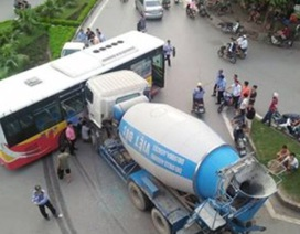 Xe trộn bê tông rúc đầu vào xe buýt, nhiều người thoát chết