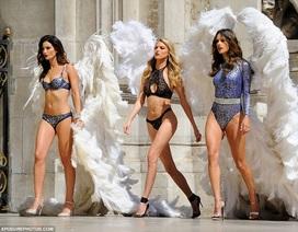 Thiên thần Victoria's Secret gây náo loạn đường phố Paris khi mặc áo tắm