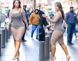 Siêu mẫu ngoại cỡ tự tin diện váy xuyên thấu