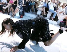 Siêu mẫu gợi cảm ngã nhoài trên sàn catwalk
