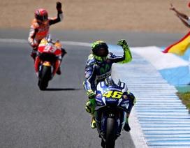 Rossi thắng kịch tính trong ngày Lorenzo đo đường