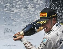 Lewis Hamilton đánh bại Nico Rosberg ngay ở góc cua đầu tiên