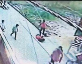 Ấn Độ: Người qua đường bỏ mặc cô gái trẻ bị đâm dao tới chết