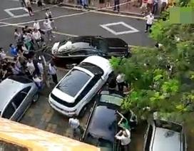 Bị chặn lối, cô gái lái Evoque đâm nát hông xe Jaguar XF