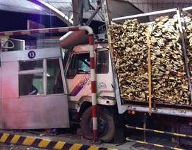 Xe tải lao vào trạm thu phí, hất bay một nhân viên