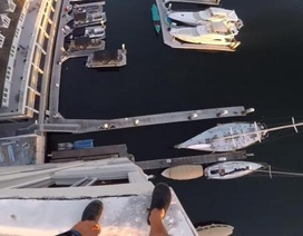 Thót tim với cú nhảy gần 40m từ đỉnh tòa nhà cao tầng xuống cảng