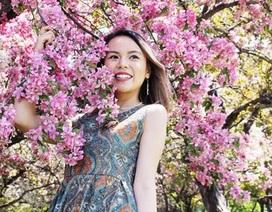 """Nữ du học sinh Việt """"lạc bước"""" giữa rừng hoa anh đào Canada"""