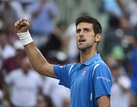 Djokovic vất vả giành vé vào tứ kết