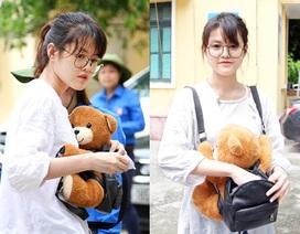"""Nữ sinh ôm """"gấu"""" đi thi THPT Quốc gia"""