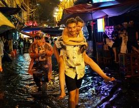 Mưa ngập phố cổ Hà Nội, du khách Tây phấn khích lội nước