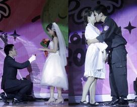 Sinh viên trường Luật cầu hôn, khóa môi trên sân khấu