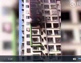 Người phụ nữ nhảy từ ban công tầng 6 sau khi xảy ra hỏa hoạn