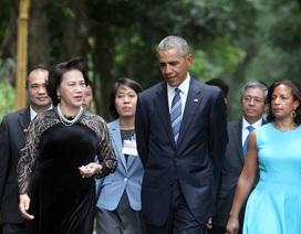 Tổng thống Mỹ thong thả dạo bước trong khu nhà sàn Bác Hồ