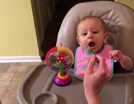 Phản ứng dễ thương của bé trong lần đầu ăn bông cải xanh