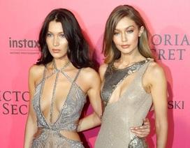 Hai chị em siêu mẫu Mỹ mặc váy khoe nội y trên thảm đỏ