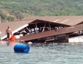 Lật nhà bè, hàng trăm du khách rơi xuống biển, 2 người chết đuối