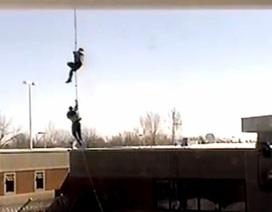 Tù nhân Canada đu dây thừng bám trực thăng tẩu thoát