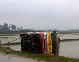 Xe buýt lật xuống ruộng, hành khách hoảng loạn leo thang tre ra ngoài