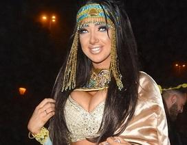 Người đẹp siêu vòng một hóa thân thành Cleopatra