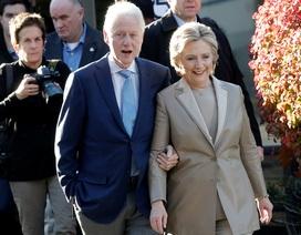 Vợ chồng bà Hillary Clinton khoác tay nhau đi bỏ phiếu