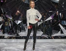 Siêu mẫu cao 1,85m nổi bật khi đi xem thời trang
