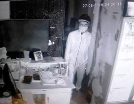 """Truy xét tên trộm """"cuỗm"""" gần 500 triệu đồng ở quán cà phê trung tâm TP.Hồ Chí Minh"""