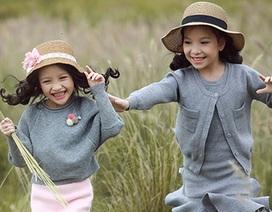 Bộ ảnh hai bé gái đáng yêu trên cánh đồng lau
