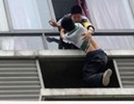 Nam thanh niên cào cấu Công an để nhảy lầu tự tử