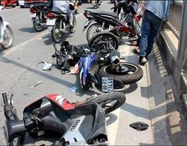 Ô tô tông 4 xe máy trên cầu Vĩnh Tuy, nhiều người bị thương