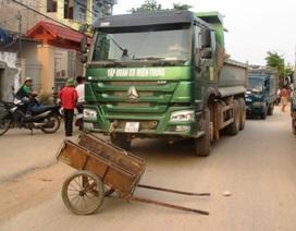 """""""Ngán"""" đoàn xe tải gây nguy hiểm, dân mang đồ ra chặn"""