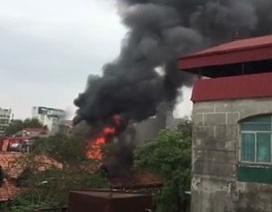 Hà Nội: Dãy nhà cũ trên phố Phùng Hưng bốc cháy dữ dội