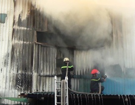 """Bà hỏa """"ghé thăm"""", xưởng loa rộng 600m2 bị thiêu rụi"""