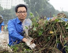 Phó Thủ tướng Vũ Đức Đam trực tiếp cùng bạn trẻ dọn vệ sinh môi trường