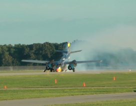 Clip máy bay Mỹ đáp bằng mũi ngoạn mục