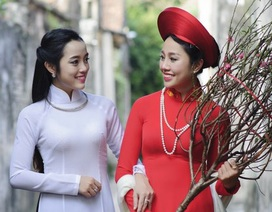Nữ công an duyên dáng đón Xuân trong tà áo dài xưa