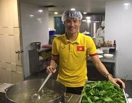Công Vinh trực tiếp vào bếp nấu ăn cho tuyển thủ Việt Nam