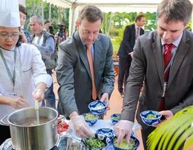 Đại sứ Bertrand Lortholary trổ tài đầu bếp với thịt bò Pháp