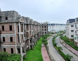 """Bên trong làng biệt thự """"khủng"""" bị bỏ hoang ở Hà Nội"""