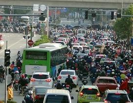 Xe buýt nhanh lăn bánh giờ cao điểm, đường phố ùn tắc nghiêm trọng