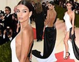 Biểu tượng gợi cảm mặc hở bạo tại gala thời trang