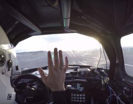 Ngồi trong xe đua tự lái có thú vị?