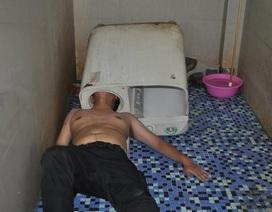 Trổ tài sửa máy tại gia, mắc kẹt đầu luôn trong máy giặt