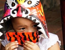 Hàng trăm em nhỏ tập làm mặt nạ giấy bồi chơi Tết Trung thu