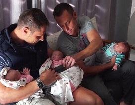 Cặp đồng tính nam đầu tiên sinh ba