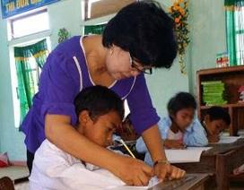 Cô giáo viết đơn xin vào với học sinh dân tộc Chứt