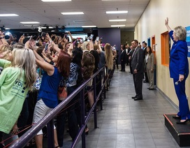 Bức ảnh lạ lùng về bà Hillary cho thấy thảm họa của nhân loại