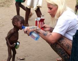 Xúc động hình ảnh em bé Nigeria bị bỏ rơi được cho nước uống