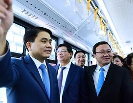 Chủ tịch Hà Nội trải nghiệm xe buýt nhanh trong ngày đầu khai trương